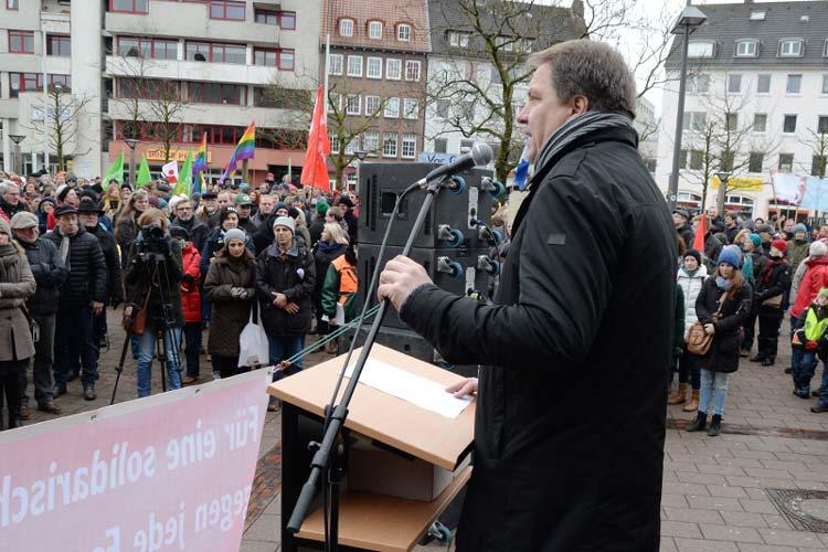 Oberbürgermeister Jürgen Krogmann hielt auf dem Bahnhofsvorplatz in Oldenburg die Eröffnungsrede.