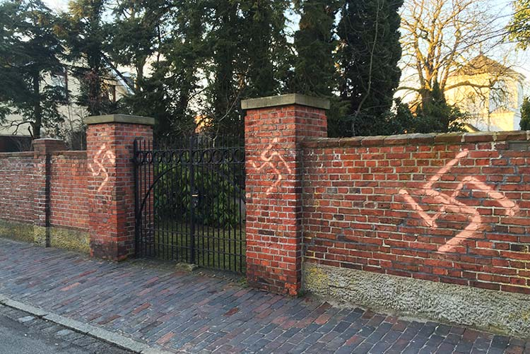 Unbekannte Täter haben die beiden Torsäulen im Eingangsbereich des jüdischen Friedhofs in Oldenburg mit Hakenkreuzen beschmiert.