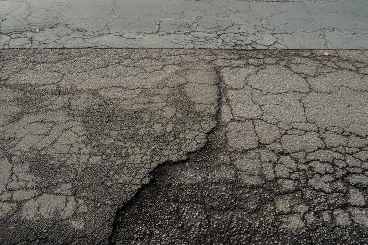 Anlieger des Sandwegs beziehungsweise der Schulstraße fordern die Abschaffung der Straßenausbaubeiträge. Der Ausbau der beiden Straßen ist in Planung.