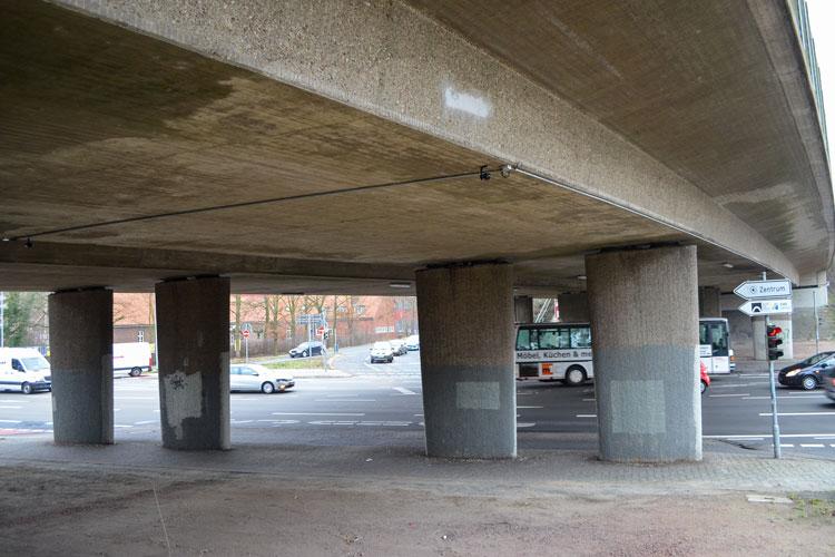 Über die stadtaußenseitige Brückenhälfte der A293 in Oldenburg fließt der Verkehr demnächst einspurig in beide Richtungen.