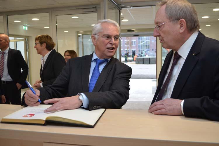 Finanzminister Hans-Jürgen Schneider hat sich im Beisein von Finanzamtsvorsteher German Unland in das Gästebuch des Finanzamtes eingetragen.